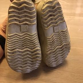 Så flotte korte gummistøvler og er ikke brugt mere end få gange på legepladsen inden min datter kunne gå. Så helt som nye.