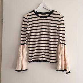 Fin bluse i stretch rib med store ærmer Afhentes i Århus eller sendes på kæbers regning.  Husk at se alle mine andre fine strik