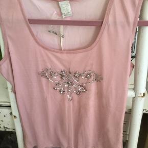 Super fin rosa top med perle detaljer foran, tyl materiale yderst og inder top str. S/M, ny med mærke, nypris 199,95  Pris 60 kr + evt porto
