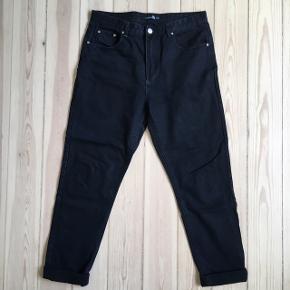 Mom jeans fra Boohoo, sorte. Brugt få gange, og fejler intet. Ingen lommer bagpå (3. billede).