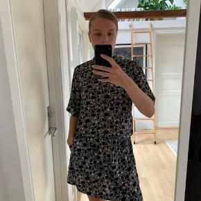 Meget fin trøje, som fungerer flot i et sæt, men også uden den matchende bund - jeg sælger også den matchende nederdel ☀️