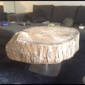 Beklager billede kvaliteten😏Stor og meget tung (skive) træstub. Til f.eks. bord, hylder, ja kun fantasien sætter grænser for, hvad der kan laves af den😊 byd bare ind☀️😎