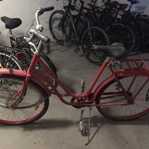 Sælger min Kronan cykel som har stået og samlet støv i kælderen et år. Begge dæk trænger til at blive skiftet - den trænger i det hele taget til en gennemtjek derfor den lave pris. 🚲