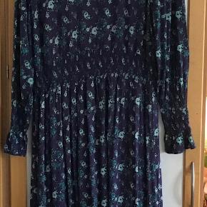 Smuk og lækker blød kjole af 94 % viscose 4 % elasthane. Måler fra ærmegab til ærmegab 58 cm. Længden 129 cm.