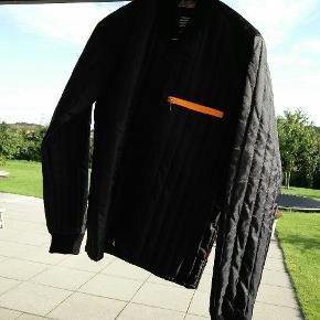 Har to nye Mads Nørgaard jakker til dreng STR XS blå og en i sort. Drengen har aldrig brugt dem PR. STK. 400,- ny pris 1000,-