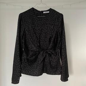 Rigtig fin trøje, (især til fester). Der er få fejl, som dog kun er tydelig helt tæt på. Prisen er 50kr eller kom med et bud:)  Prisen er uden fragt!   BYD! Skal bare væk!