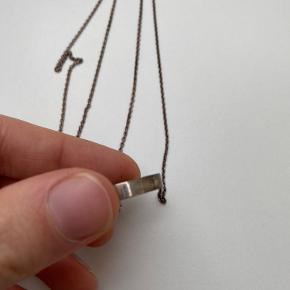 En halskæde i sølv med sten i midten.   Den trænger til en pudsning, men dette gøres inden afsendelse.