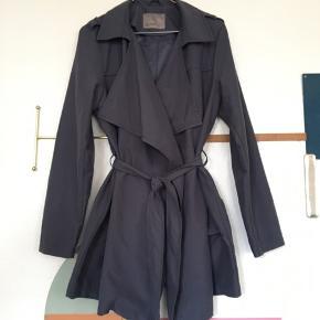 Let jakke med bindebælte