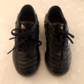 Adidas sorte indendørs fodboldsko str 32