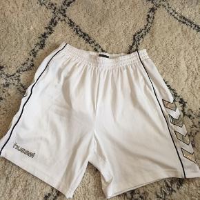 Reserveret  Fede hvide retro Hummel shorts.   Køb mere fra min profil så finder vi en god pris