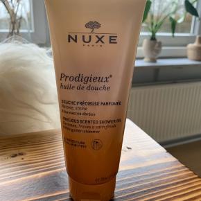Helt ny, sælges udelukkende da duften ikke lige er mig 🙂.  Nuxe Prodigieuse shower oil med golden shimmer 200 ml. Uden parabener.