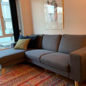 Grundet flytning sælges denne fine sofa.  Den er købt i My Home, er cirka et år gammel og står fuldstændig som ny uden nogen pletter/skader.  Chaiselongen er vendbar.  Skriv ved interesse 😃  Prisen er umiddelbart 3000 kr. men vi er åbne for bud 😊 Sofaen kan afhentes i Aalborg, ellers kan vi eventuelt være behjælpelige med fragt ✅  Mål: 86 cm i højden  85 cm i dybden 255 cm i længe  147 cm i bredde