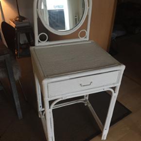 Skønt gammelt bambusflet toilet el. sengebord med spejl og træ-skuffe sælges..  Blot til orientering.. Spejlet fejler intet..  Mål - 55 x 46 x 78 høj uden spejl.                           125 høj med spejl.