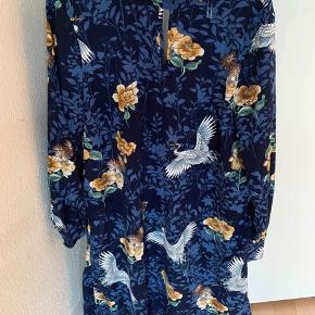 Flot mørkeblå kjole fra VILA med detalje ved brystet og flot print  Str. M Aldrig brugt  Afhentes i Aalborg Øst eller sendes på købers regning