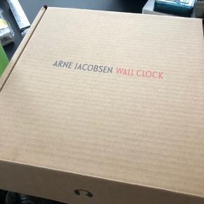 super flot og klassisk ur fra arne jacobsen - aldrig brugt og stadig i original æske og pose. Ø21 cm