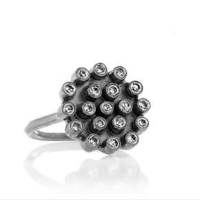 Carré ring Diameter: 15 mm Ca. Str. 49 Ring i oxideret Sterling sølv sat med zikonia Kollektion: Romance no thanks  Nypris: 680kr