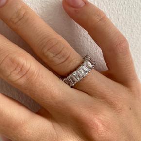 Ny sølv ringen med hvid krystaler. Kommer i sin originalt pakke. Str US 5