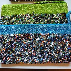 Smuk clutch - unika. Købt i udlandet.  Turkis med perler i alle regnbuens farver - indeni turkis silkefoer. Med lille rem til at have om håndleddet.  Måler 19*12cm.  Ny og ubrugt.