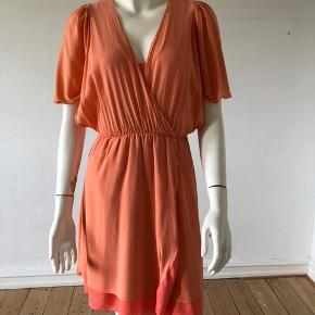 Sælger min smukke kjole fra Alice+ Olivia.  Så smuk silke kjole, brugt, ikke som ny, men uden pletter eller huller. God passet på(jeg har vasket den kun i hånd. ) Str XS.  Byttes ikke.