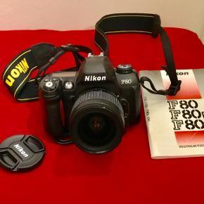 Nikon F80 spejlrefleks, analogt( til film)Objektiv 28-50mm, rem, og manual medfølger PS. Bemærk, det er ikke digitalt. Men man kan få fotos der forstørres op til en størrelse som en dør, uden det bliver uskarpt