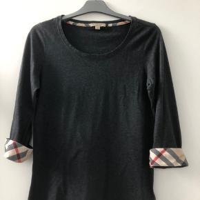 Sælger denne lækre bluse fra Burberry med 3/4 ærme og de klassiske tern i opslag. 100 % bomuld. Brugt ganske lidt.