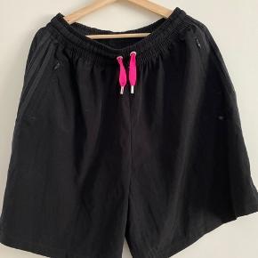Sorte Adidas shorts med pink detalje