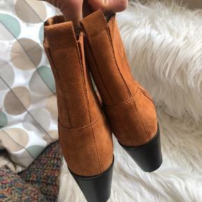 Fede støvler fra Shoe the Bear i str 41.  Brugt en enkelt gang. Hæl måler 7cm - lækre og behagelige. Super flotte med bare ben under en sommerkjole.  Byd, bytter ikke.  Køber betaler Porto og ts gebyr.  Handler gerne mobilepay.
