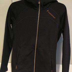Peak trøje sælges da den kun har været på et par gange.  Farven er mørk lilla . To lommer med lynlås.  Billede 2 viser den lilla/bordoux farve hvis man står i direkte lys. :)