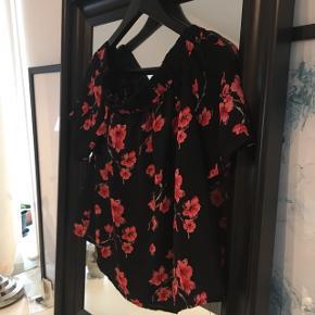 Off-shoulder bluse med røde blomster 💛