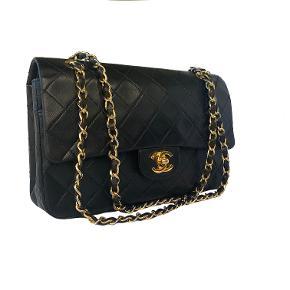 Chanel Vintage Medium Classic double flap 🖤 Sort med 24k guld hardware. Meget robust skind. Let brugt, i flot og velholdt stand. Kanter/skind fine og intakte.   Mål: 26x16x7cm.   Fast pris: 18700dkk. For nærmere info og køb skriv til Info@deedee-tasker.dk