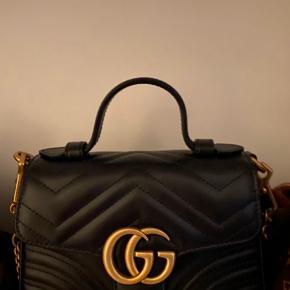 Sælger min Gucci GG Marmont mini top handle taske da jeg ønsker en Chanel, det er eneste grund til at jeg sætter den til salg Den er ikke rigtig blevet brugt endnu, siden køb (et par måneder siden) kvittering, dustbag og kasse medfølger. Den koster ca 12.600 kr fra ny  Sælger den til 11.000