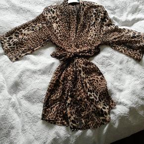 Så fin kimono,  kun brugt et par gange. Tryk på billedet for at få fuld visning