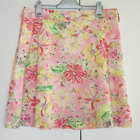 """Mrk.: """"George"""". Størrelse: 12 = str. 40/42  100 % NY og med tag: Sød sommer nederdel i 100 % bomuld.   Livvidde: 44 cm x 2 Længde: 52 cm  Ingen byt, og prisen er fast"""