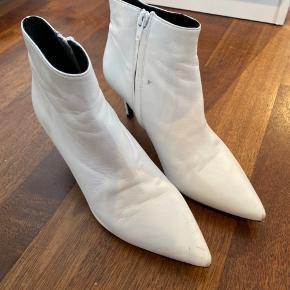 Støvler i skind. Har nogle skader som ses på billederne