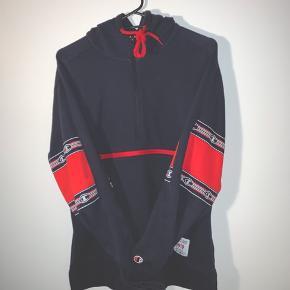 Lækker retro/vintage unisex hoodie fra Champion, med kænguru lomme på maven.  Brugt, men i rigtig fin stand uden fejl eller huller.  Pris: 299,-  Kommer fra ikke rygerhjem 🚭 Giver 20% på samlet beløb ved køb af 2 varer, samt gratis fragt. ✅
