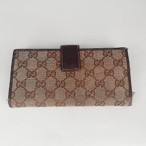 Gucci longwallet i monogram 🍂  Der er plads til kort, sedler osv 🌸  Det er en smuk pung i monogram🍂  Har meget få tegn på brug, lidt slidt i hjørnerne 🌸  Jeg har desværre intet originalt tilbehør da den er købt vintage ♻️