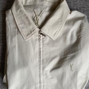 Brugt YSL jakke til salg i str. 100 = M  Har en rift nederst på højre ærme, og nogle enkelte pletter grundet brug. Skriv for flere billeder