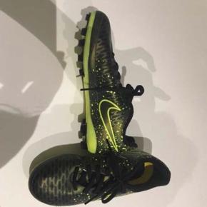 Fodboldstøvler - brugt en gang. Str 34.