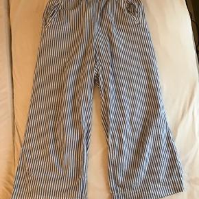 Blå og hvid stribede bukser, før købt som del af et sæt, men overdelen er ikke til at finde. De har et sommerligt look, grundet det bløde stof, som er perfekt til en sommeraften ⭐️