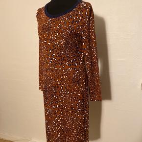Smuk kjole i leoprint og Jersey.