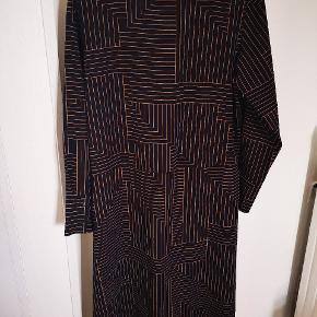 Dark cobolt blue with golden/orangey stripes. Fitted dress in polyester.