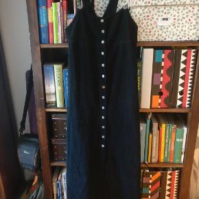 Vintage Noa Noa kjole i 100% bomuld. Lækkert tykt materiale.   Str. 1 svarende til XS-S. Se mål ➡️ 74 cm rundt over brystet, 90 cm rundt over hofterne, 134 cm lang med sejlerne som på billedet.