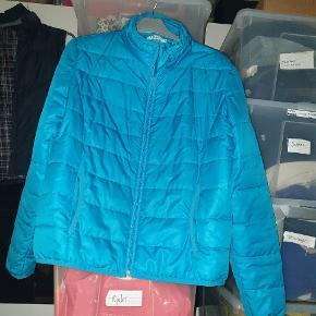 """GRATIS FRAGT VED KØB FOR OVER 150 KR. VIA TRENDSALES HANDEL IND TIL MIDNAT SØNDAG 5.JANUAR 2020!!  Flot overgangs-jakke til efterår/forår i turkis blå str. M. Farven driller lidt på billedet .Skriv gerne for andre billeder i dagslys 😊  Mærket hedder """"Long Island """" og er købt i en butik på Bornholm sidste år. Ikke brugt så meget, og i god stand.   Nypris var 450 kr.  Kan afhentes på Vesterbro i København eller sendes med posten. Køber betaler dog porto 😊"""