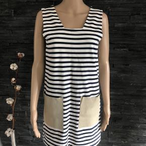 Rigtig fin kjole med skind på lommerne.  Bryst 86 cm men kan strækkes lidt Længde 82 cm  100% bomuld