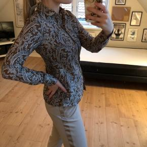 Virkelig lækker, tynd skjorte i 70% bomuld og 30% silke. Np: 1299, stadig med prismærke  • • • • • Alt på billederne af tøj er til salg. Tjek min profil for at finde annoncerne💫 Køber du skjorten sammen med noget af det andet får du mængderabat!