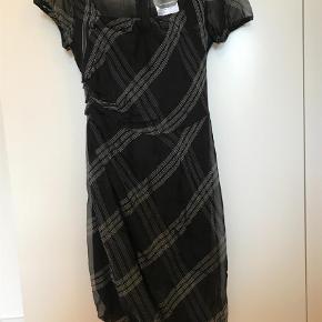 Varetype: Midi og en silkekjole!!! Farve: Sort Oprindelig købspris: 2199 kr. Prisen angivet er inklusiv forsendelse.  Silke kjole - så fin uden fejl og slid