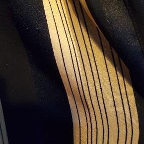 Brand: One Two Luxzuz Varetype: Skjorte Farve: Sort og guld Oprindelig købspris: 299 kr.  Rigtig flot tunika i meget anvendeligt og neutralt mønster. Den er en str. 36, men vil også fitte en str. 38 Aldrig brugt
