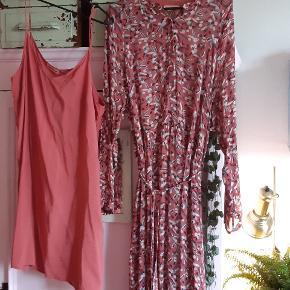 Brugt 2 timer!! Den smukkeste gulvlange kjolen fra 2019. Der medfølger en underkjole. Med bindebånd i taljen.  Nypris 1800kr.