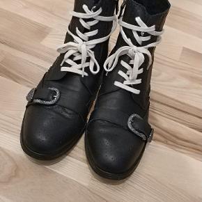 Gucci støvler i læder med spænde over snuden. Det er ikke en Kina kopi.Der medfølger en gucci kasse. Såfremt den satte pris mødes, er fragten inkluderet.   De er ikke legit.
