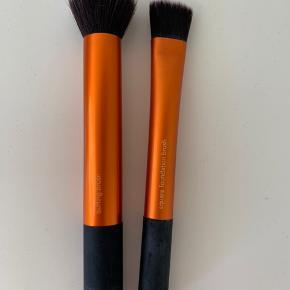 REAL TECHINIQUES makeup børster  budding brush & square foundation brush  brugt meget lidt og er selvfølgelig nyvaskede